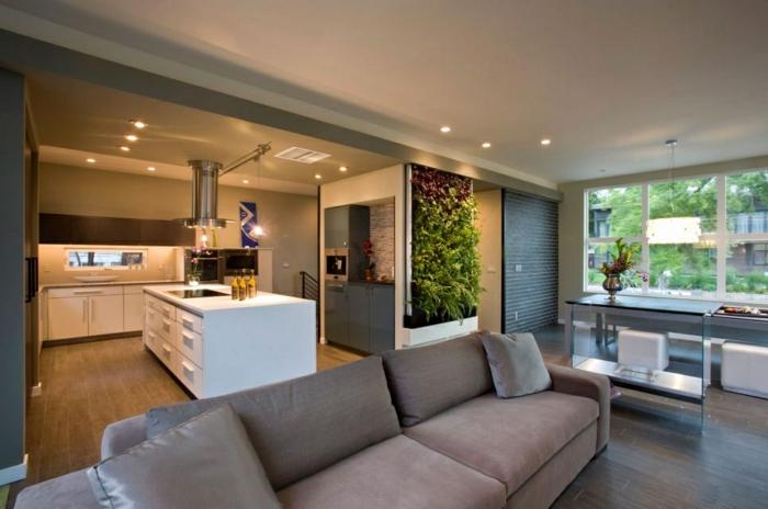cuisine semi ouverte sur salon, sofa gris, ilot blanc, mur végétal, ambiance couleur grège