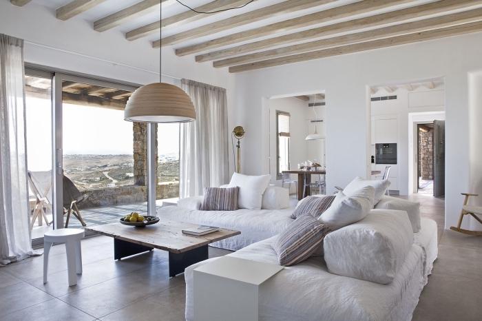 ambiance relaxante et sereine dans un salon spacieux aux murs blancs avec modèle de plafond en bois exotique blanc
