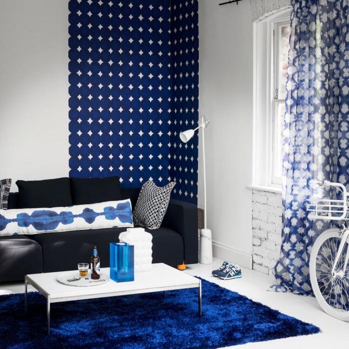 papier peint salon blanc et bleu indigo d'esprit loft qui habille l'angle du mur