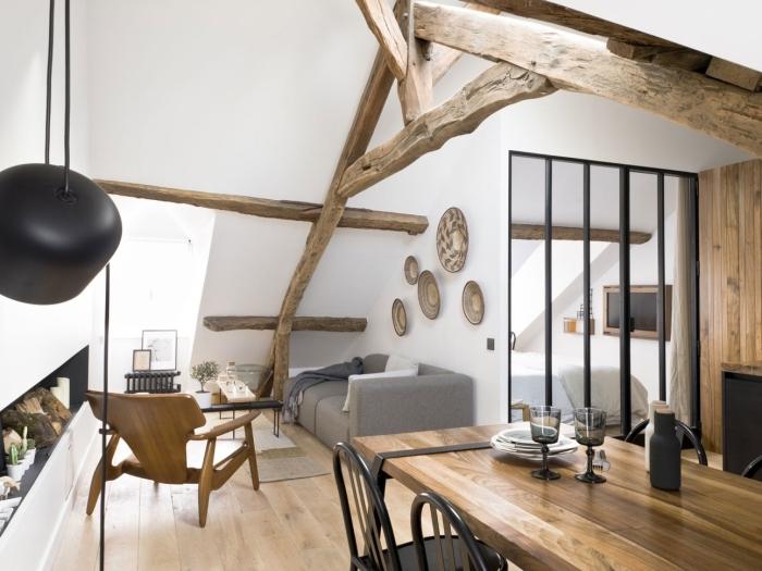 modèle poutre decorative sur plafond et mur dans un salon blanc, idée design intérieur moderne en blanc noir et bois