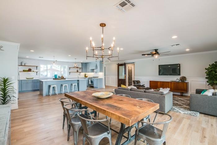 intérieur original, table en bois brut, chaises tolix, chandelier rustique, separation cuisine salon et salle à manger
