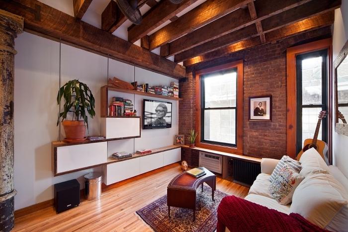 déco de salon en style traditionnel et industriel avec meubles de bois et accessoires ethnique chic, modèle de meuble rangement original avec étagère bois