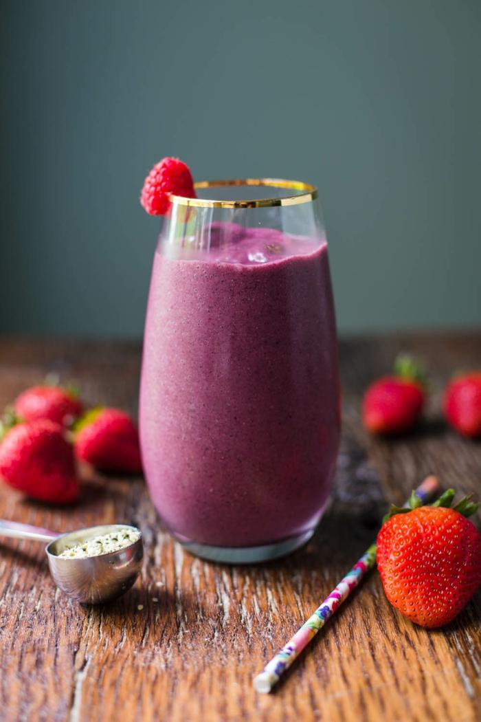 boisson veloutée de fraises et de myrtilles, milk shake couleur violet, fraises fraîches
