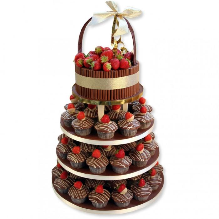 gateau piece monte en petits cakes de chocolat, corbeille de présentation