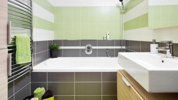 design intérieur moderne en couleurs neutres et vert, modèle de carrelage blanc et vert, exemple baignoire dans petite salle de bain