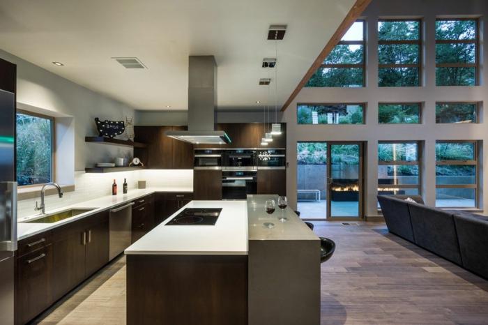 cuisine semi ouverte sur salon, ilot avec rajoout, design en blanc et wengé, sol en planches, mur vitré, maison contemporaine
