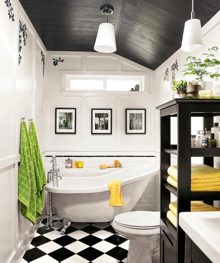 design intérieur moderne dans une salle de bain avec plafond gris anthracite et murs blancs avec plancher au carrelage blanc et noir, exemple petit espace avec baignoire îlot