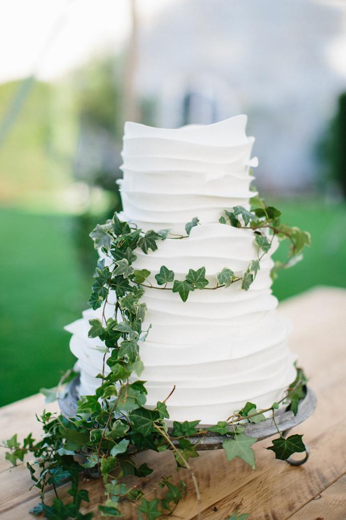 Gâteau mariage parfait, simple gâteau à trois étages, gateau classique pour mariage