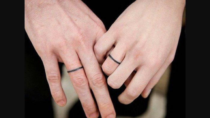 tatouage commun couple anneaux sur le doigt, tatouage couronne dessin sur la peau original