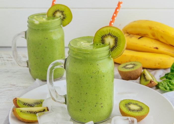 bocaux avec smoothie banane kiwi, repas minceur liquide, déco tranches de kiwis