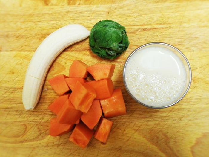 les ingrédients pour un smoothie maison, banane, citrouille orange, épinards, lait