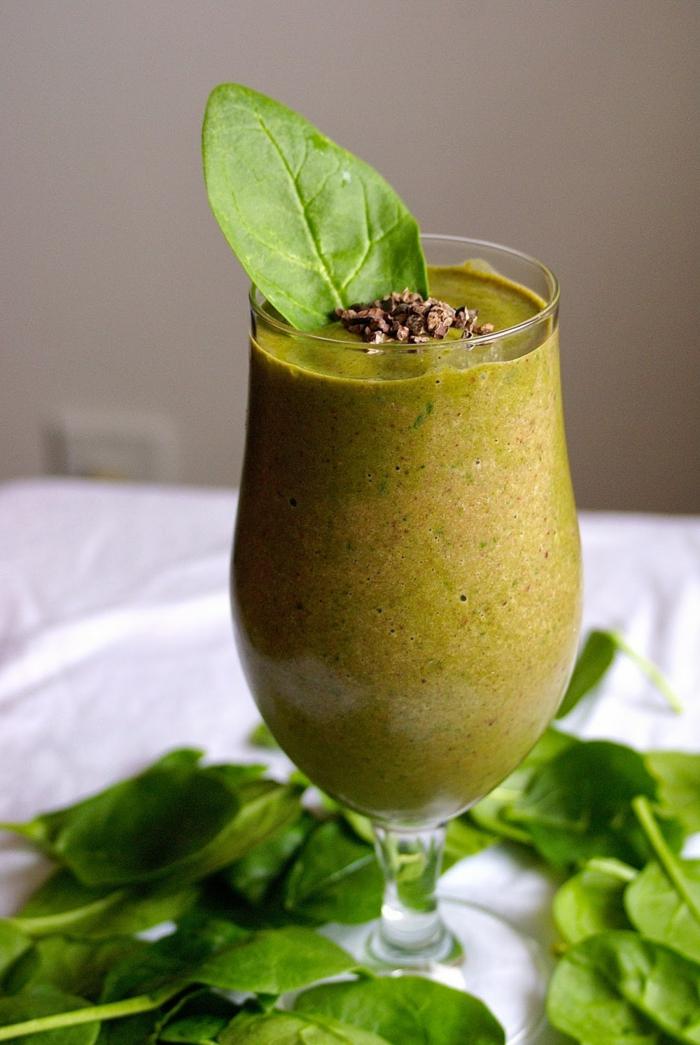 faire un smoothie vert avec banane et épinards, mousse verte vitamineuse