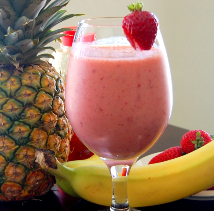 recettes smoothie maison, bananes, fraises, ananas, lait, mix d'aliments sain