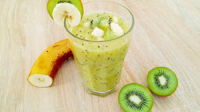 smoothie banane kiwi, tasse de smoothie maison simple et détoxifiant, garni de morceaux de fruits