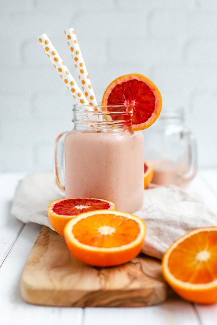 banane et orange rouge en smoothie, combinaison de fruits tentante et utile