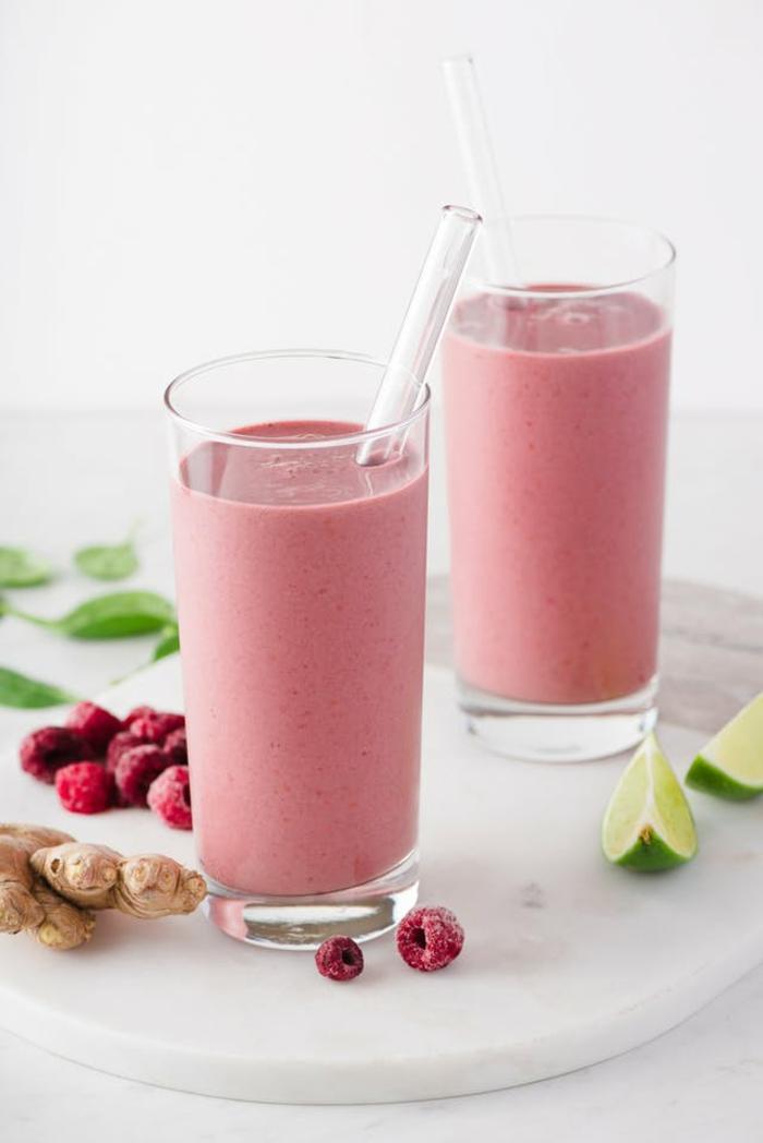 smoothie avec gingembre, smoothie rose crémeux, tranches de citron vert