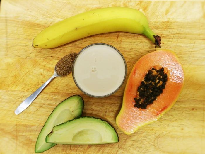 couleurs et aliments de la nature, avocado, papaye, banane, lait pour un mix végétal parfait