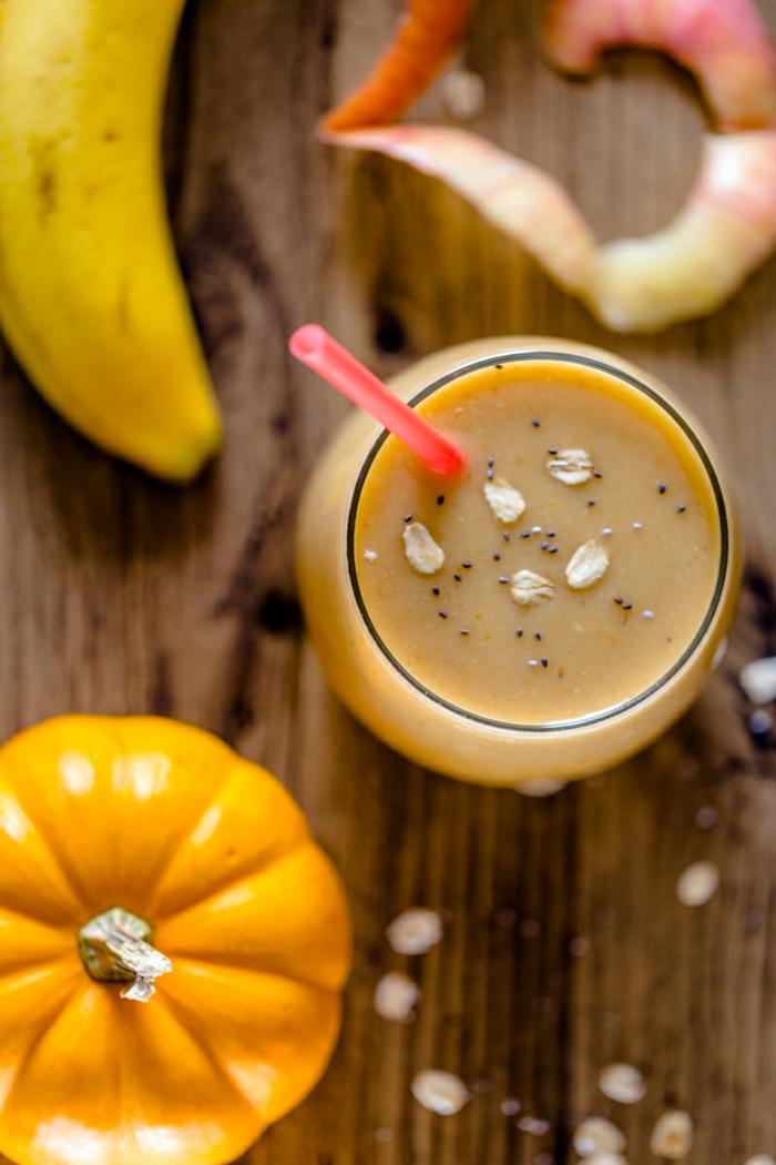 banane, citrouille et pommes en smoothie vitaminé, garniture flocons d'avoine et graines de coquelicot