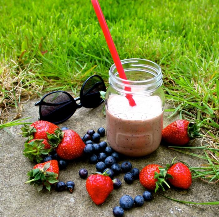 boisson d'été rafraîchissante, myrtilles et fraises, smoothies vitaminés à la base de banane