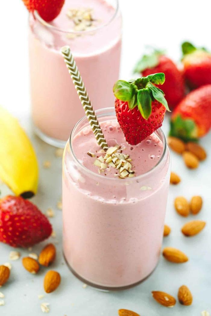 fraises, banane, amandes mixés en smoothie rose, boisson saine et délicieuse