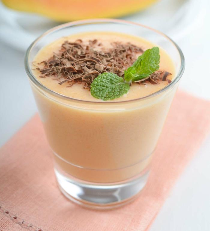 smoothie banane et papaye garni de chocolat, feuille de menthe, boisson saine