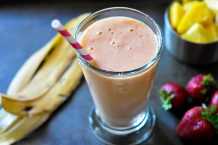 un smoothie classique de fraises et de bananes, boostez votre énergie avec une boisson