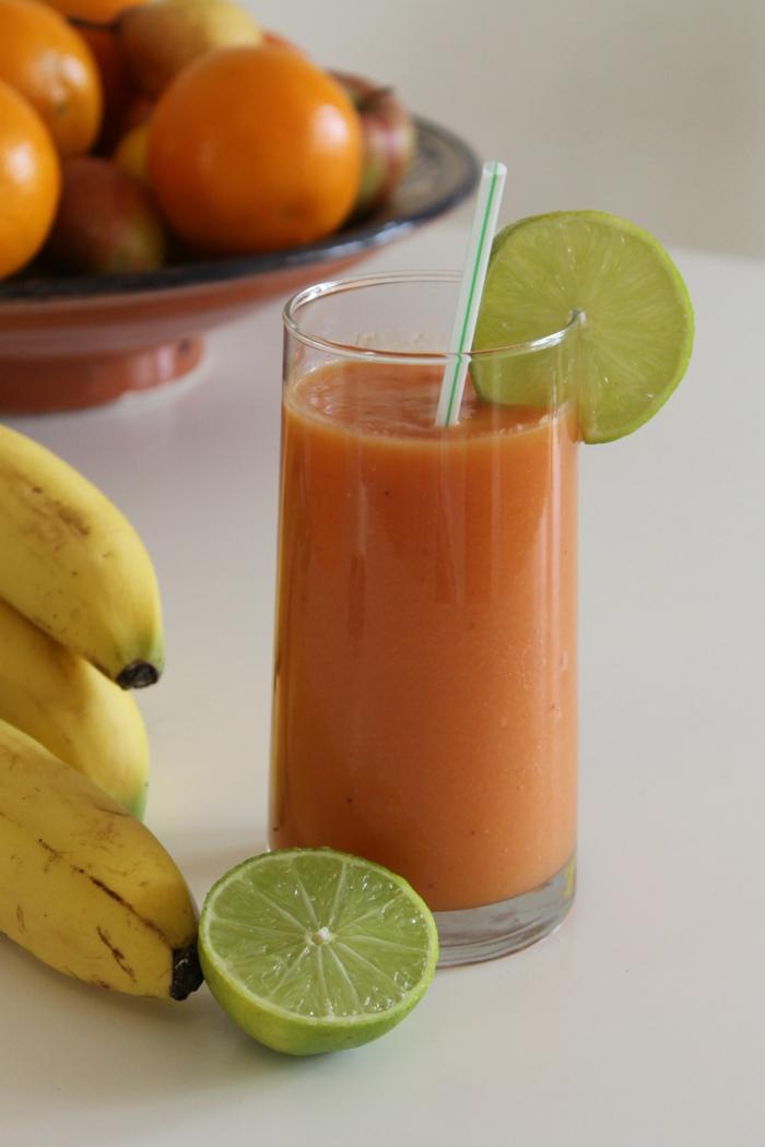 boisson diététique et délicieuse pour faire fâce aux défis de la journée, oranges et citrons verts