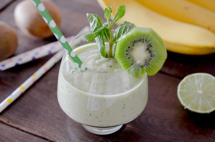 recette smoothie blender, un smoothie sain et délicieux de banane et kiwi