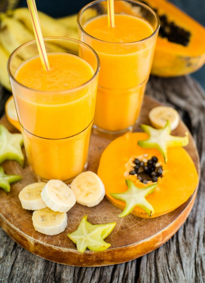 smoothie vitaminé avec plusieurs nutriments sains, bananes, papaye, citron vert