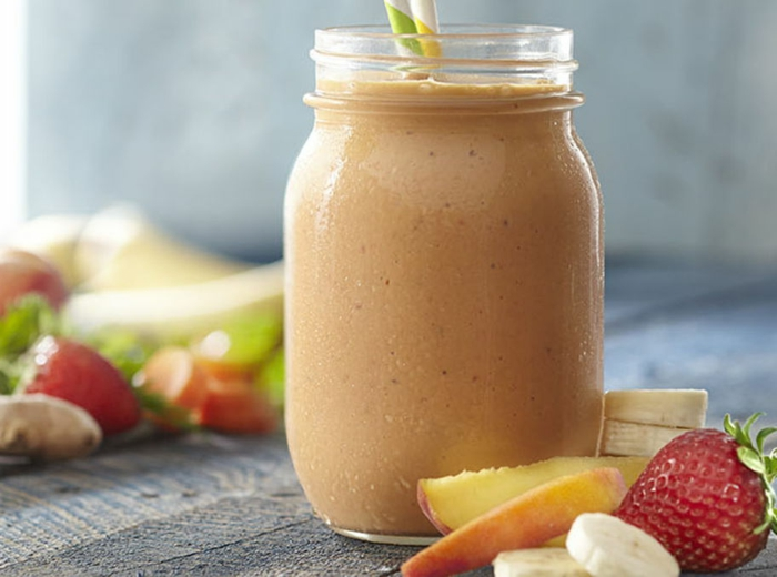 pomme, fraise et banane en smoothie de trois produits, ajouter du cacao ou des noix en poudre