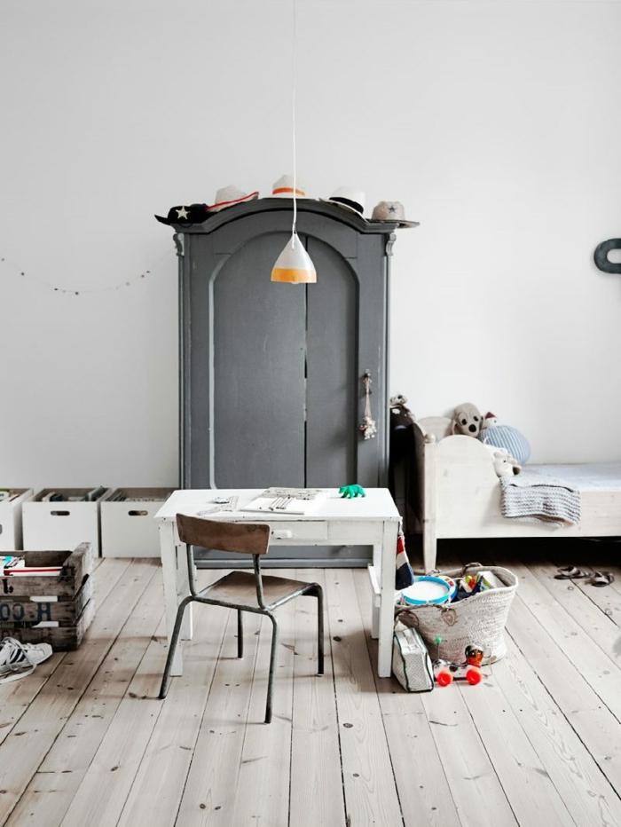 bureau blanc, chaise en bois, armoire peinte grise, idee deco chambre garcon