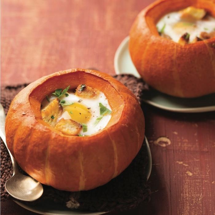 velouté de citrouille paysanne servi dans sa coque, recette d automne réconfortante au goût traditionnel