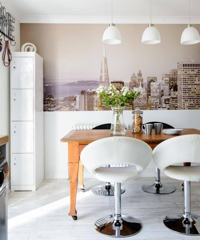 lé unique de papier peint moderne panoramique qui confère un look contemporain à la salle à manger en blanc et bois