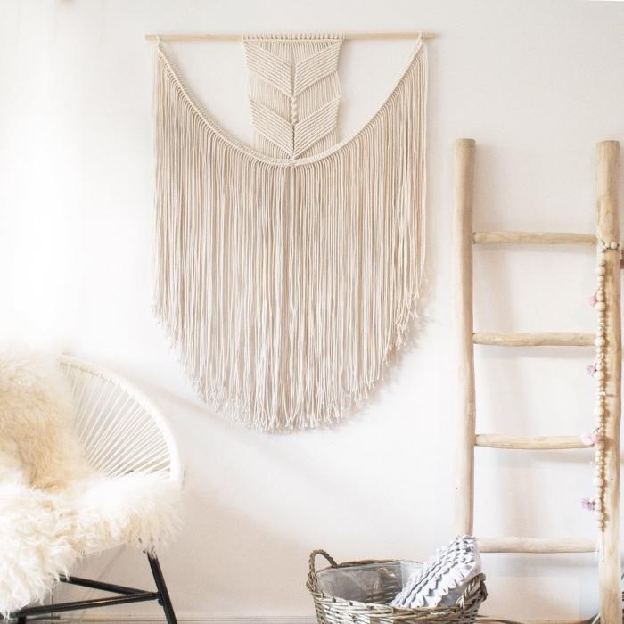 modèle de création en bois et macramé pour déco murale bohème chic, déco de salon avec chaise ronde et échelle bois