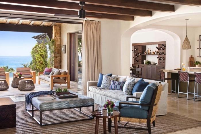 exemple de design intérieur en style exotique dans une maison de mer ou campagne avec meubles en bois, modèle plafond en blanc et bois avec poutre decorative
