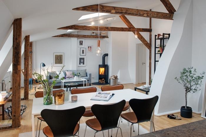 design intérieur contemporain de styles nordique et rustique avec meubles de bois et charpente apparente en bois brut