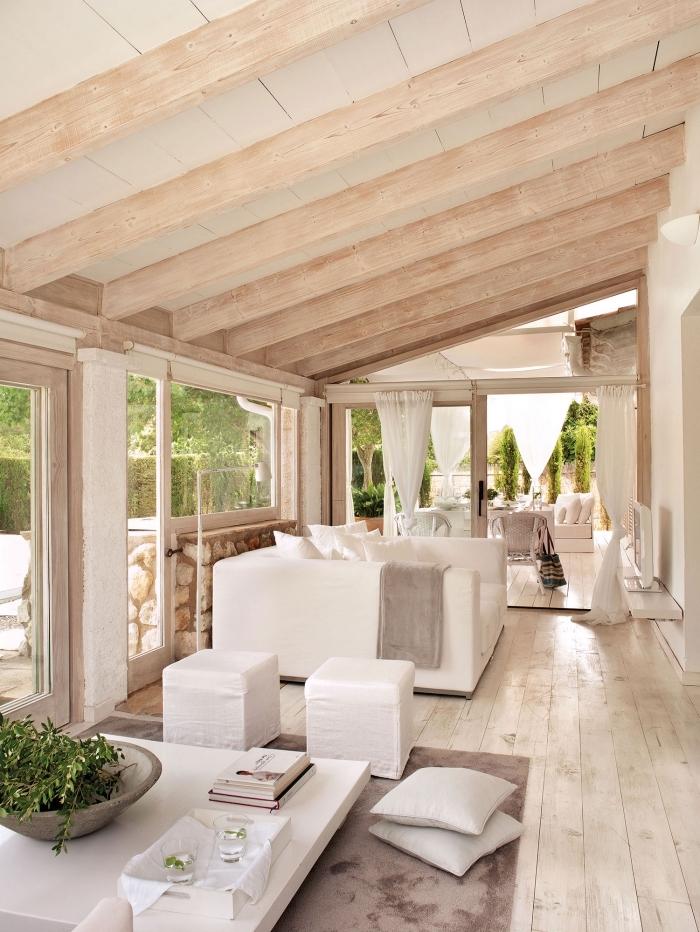 exemple comment décorer un salon blanc et bois de style moderne et relaxant avec meubles en blanc et bois, idée plafond en poutres bois blanc
