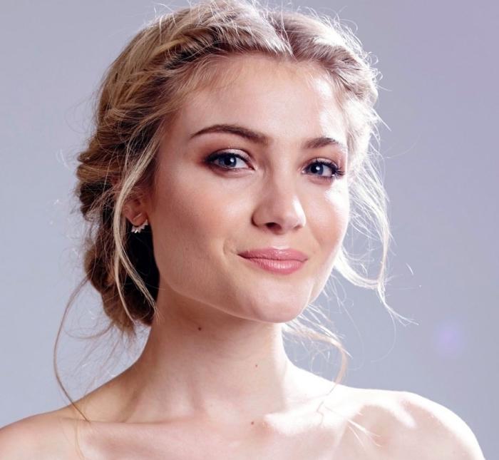 exemple coiffure de mariée aux cheveux attachés en bas avec une couronne de tresses twistés sur les deux côtés