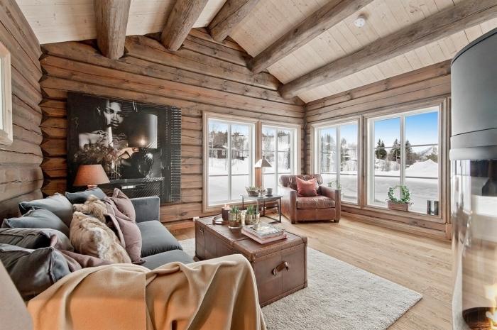 exemple comment décorer une cabine de bois et chalet de style rustique moderne avec revêtement mural en bois et plafond avec poutres apparentes