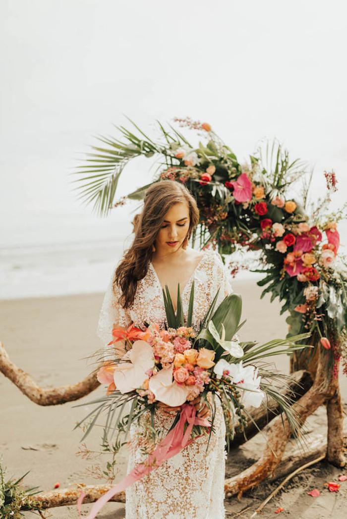 Estivale coiffure mariee, cheveux mariage boho, coiffure mariage boheme chic, belle robe de mariée dentelle