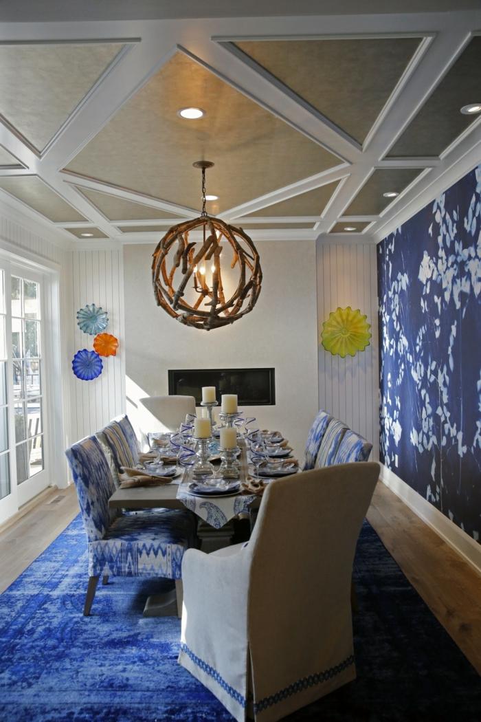 décoration avec une suspension bois flotté, lampes encastrées au plafond, table à manger