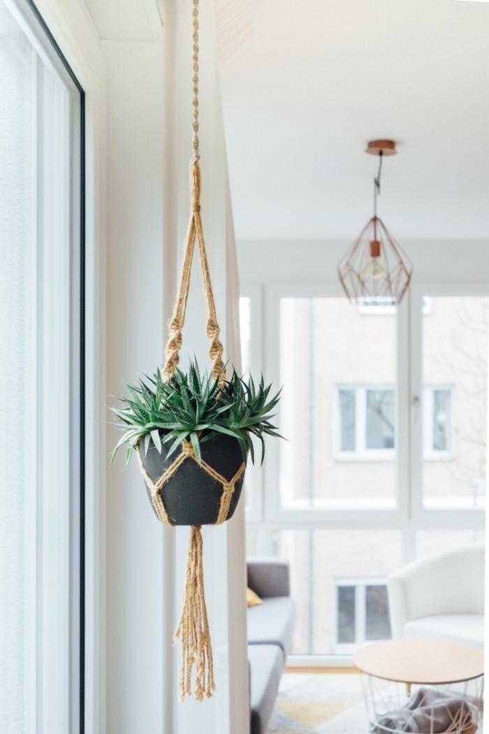 modèle de suspension pour plante en macramé, idée objet en style bohème pour un salon moderne en blanc