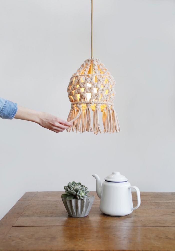idée objet DIY à fabriquer avec macramé technique, faire un lustre en noeuds macramés facile avec une structure abat jour vieille