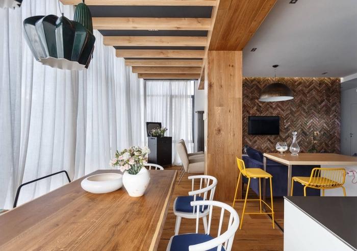 idee pour refaire plafond avec peinture foncée et poutres de bois clair, design intérieur moderne avec meubles de bois et finition mate