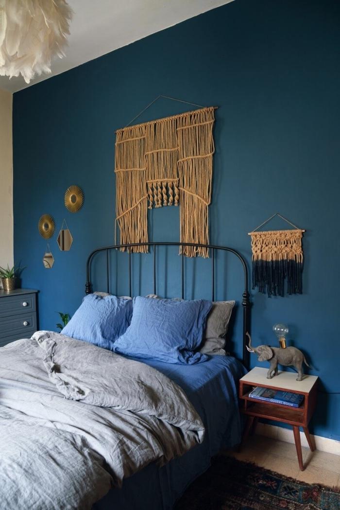 comment aménager une chambre à coucher en peinture foncée avec meubles de bois et fer, exemple macramé suspension murale