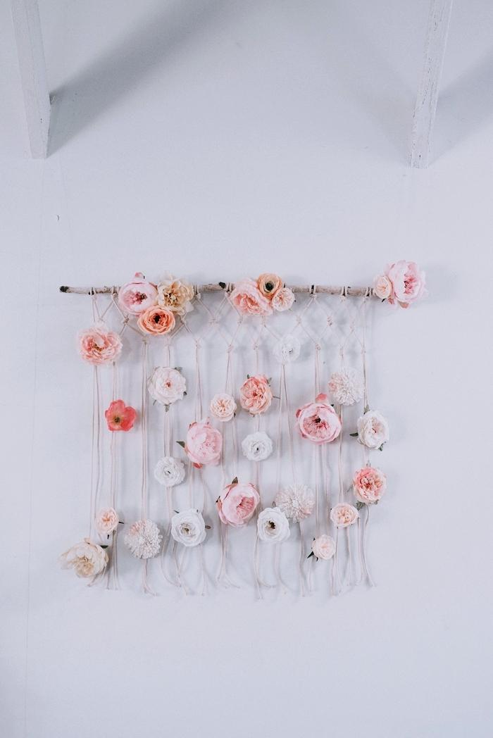 modèle de création murale DIY facile en bâton de bois et cordelettes décorées de fleurs, exemple décor bohème