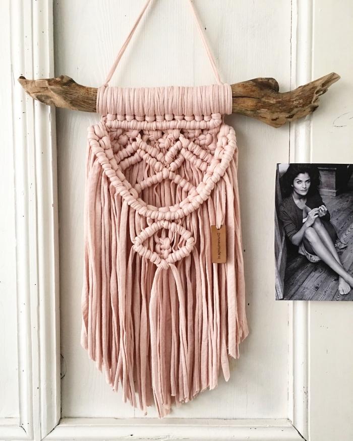 déco bohème chic chambre fille, suspension murale en noeuds macramés de morceaux tissu en rose pastel DIY