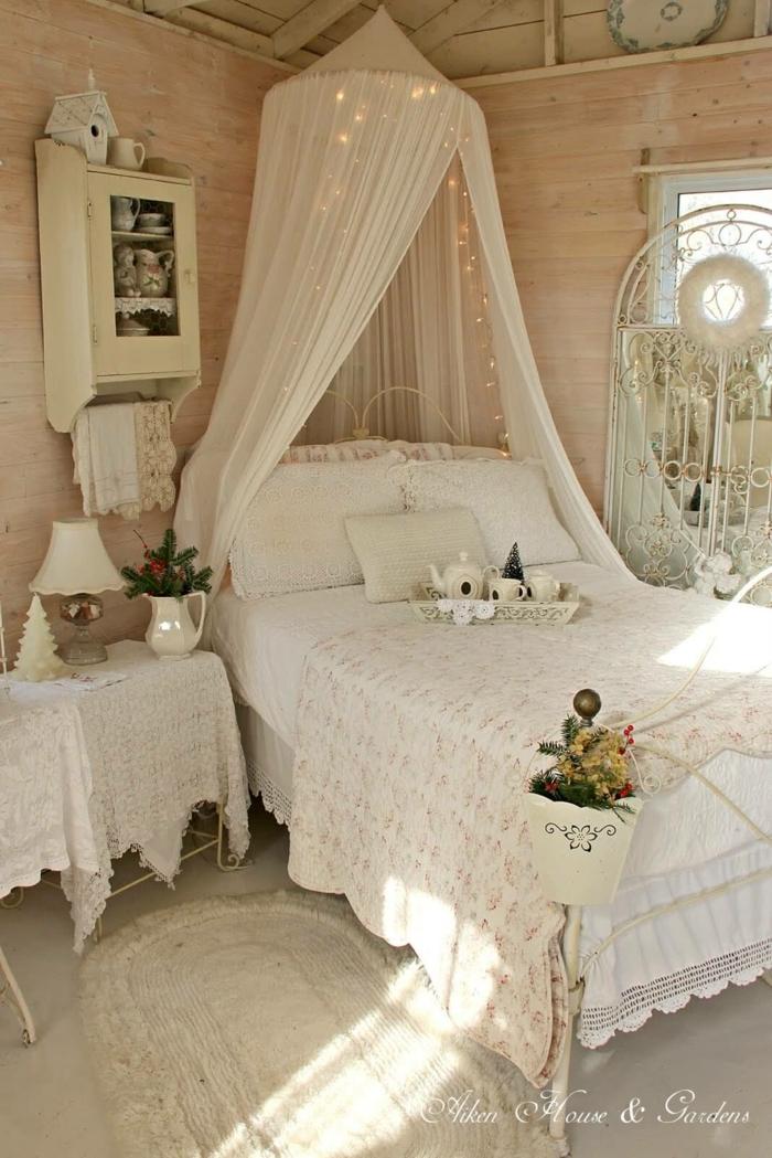 décoration magnifiuque, tête de lit voile blanc, lampes lumineuses, aménagements d'objets anciens