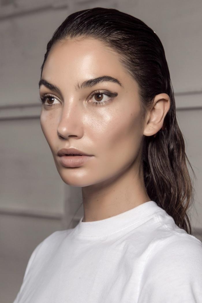 maquillage lumineux sur peau olive, idée comment maquiller les yeux marron avec crayon noir et mascara noir