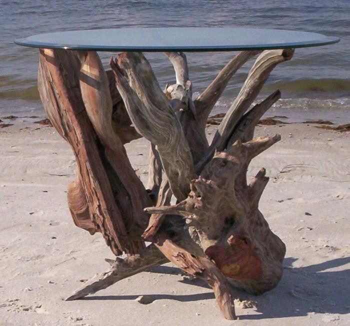 table bois flotté, un meuble unique mis à la plage, plateau en verre, piétement bois